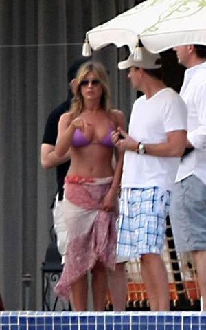 Актриса наконец-то нашла замену Брэду Питту Свой 41-й день рождения Дженнифер Энистон решила провести вдали от суетного Голливуда - в Мескике. Накануне праздника актриса прилетела в Лос Кабос, дорогой и престижный курорт, расположенный на юге полуострова Калифорния.