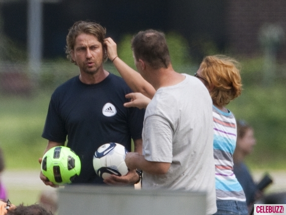 gerard-butler-playing-the-field-042011-2-580x435